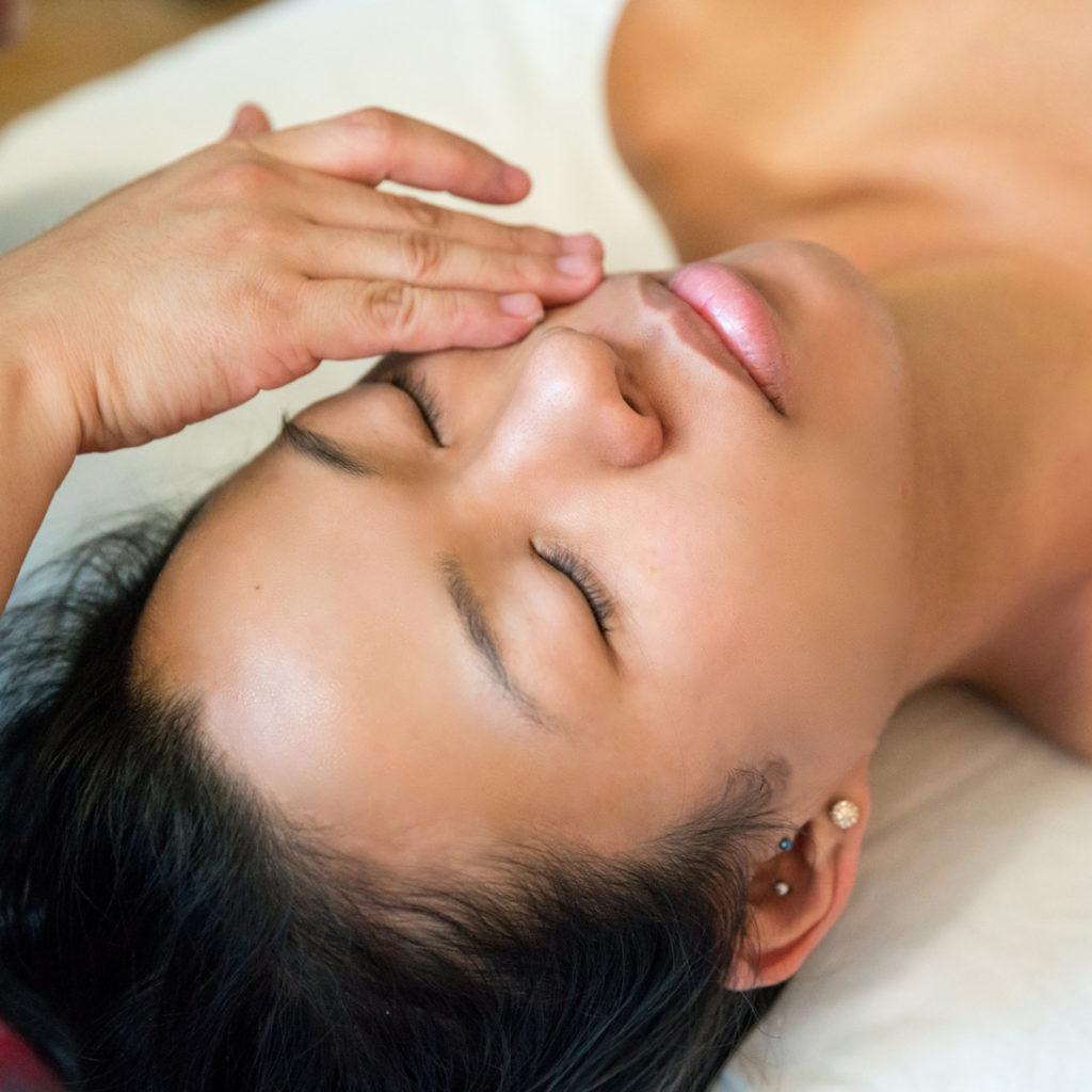massage kobido soins visage mains sur joues