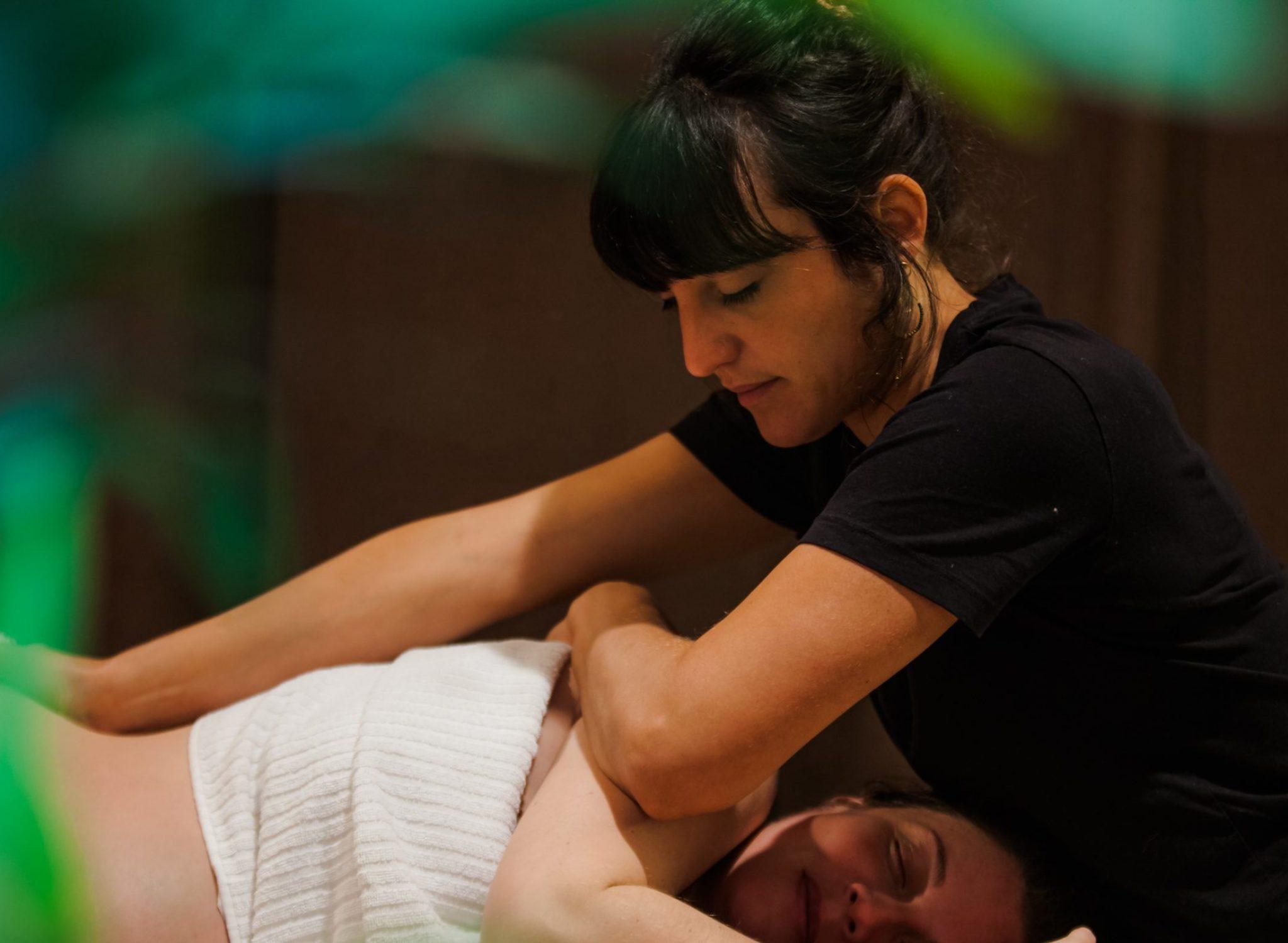 massage post-natal femme enceinte et estheticienne